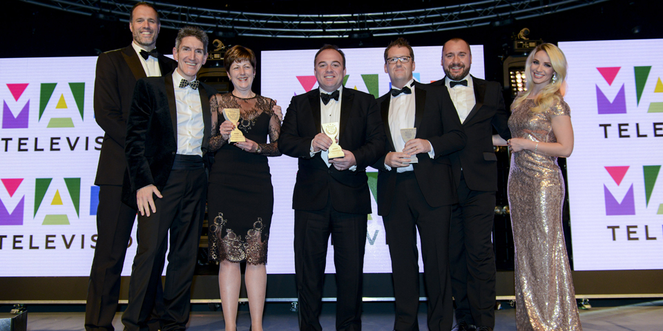 directors-of-coast-country-cottages-andrew-and-karen-jones-receiving-the-2016-british-travel-awards-joined-by-martin-bayfield-far-left_resized