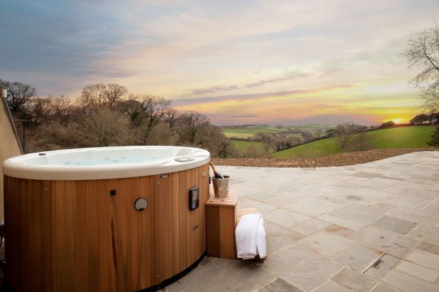 Optimise your holiday home's outdoor living space_hot tub