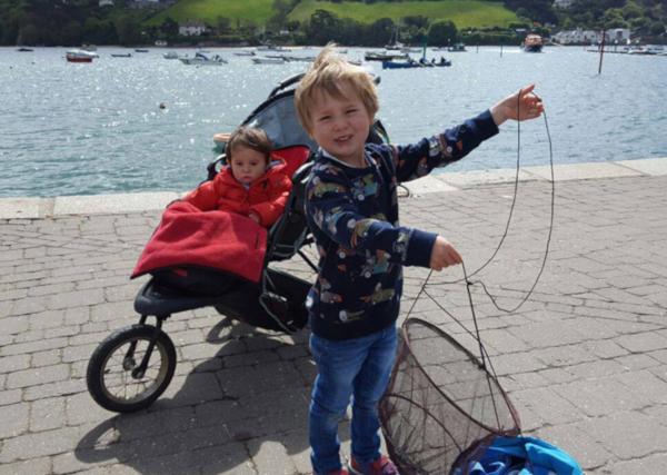 Crabbing tips _ Children with crab net